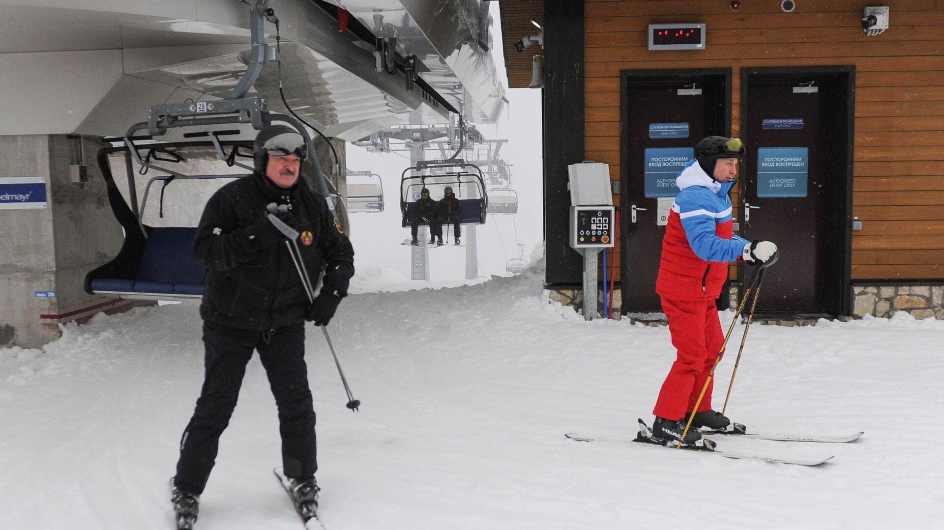 Президент РФ Владимир Путин и президент Белоруссии Александр Лукашенко во время катания на лыжах - РИА Новости, 1920, 22.02.2021