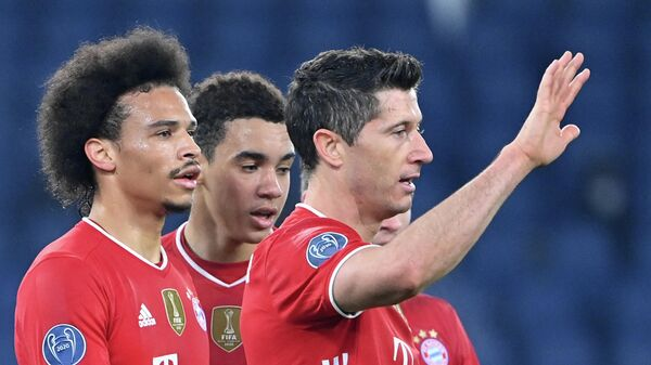 Bayern Munich's German midfielder Leroy Sane (L) celebrates with Bayern Munich's Polish forward Robert Lewandowski (R) and teammates after scoring the third goal during the UEFA Champions League round of 16 first leg football match Lazio Rome vs Bayern Munich on February 23, 2021 at the Olympic stadium in Rome. (Photo by Alberto PIZZOLI / AFP)