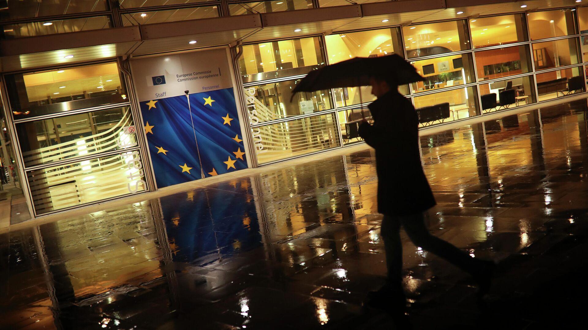 Прохожий у штаб-квартиры Европейской комиссии в Брюсселе - РИА Новости, 1920, 25.02.2021