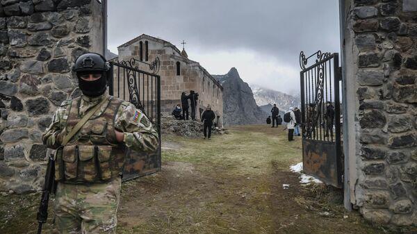 Азербайджанский военный у входа на территорию Албано-удинского христианского храма-монастыря Агоглан в селе Хусулу Лачинского района