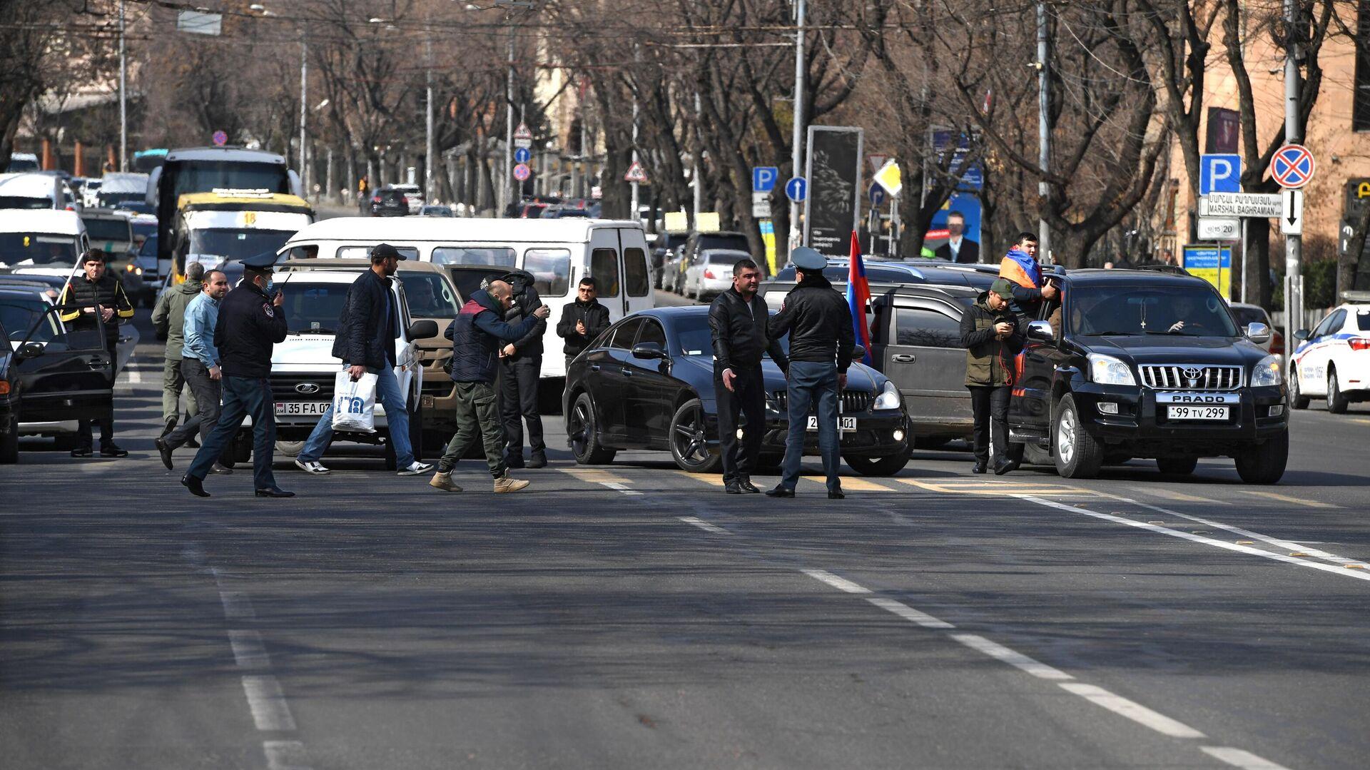 Протестующие перекрыли проспект Баграмяна в Ереване - РИА Новости, 1920, 25.02.2021
