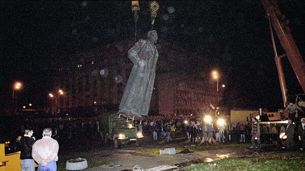 Демонтаж памятника Ф.Э.Дзержинскому на площади Дзержинского (ныне Лубянской) в Москве в ночь на 23 августа 1991 года