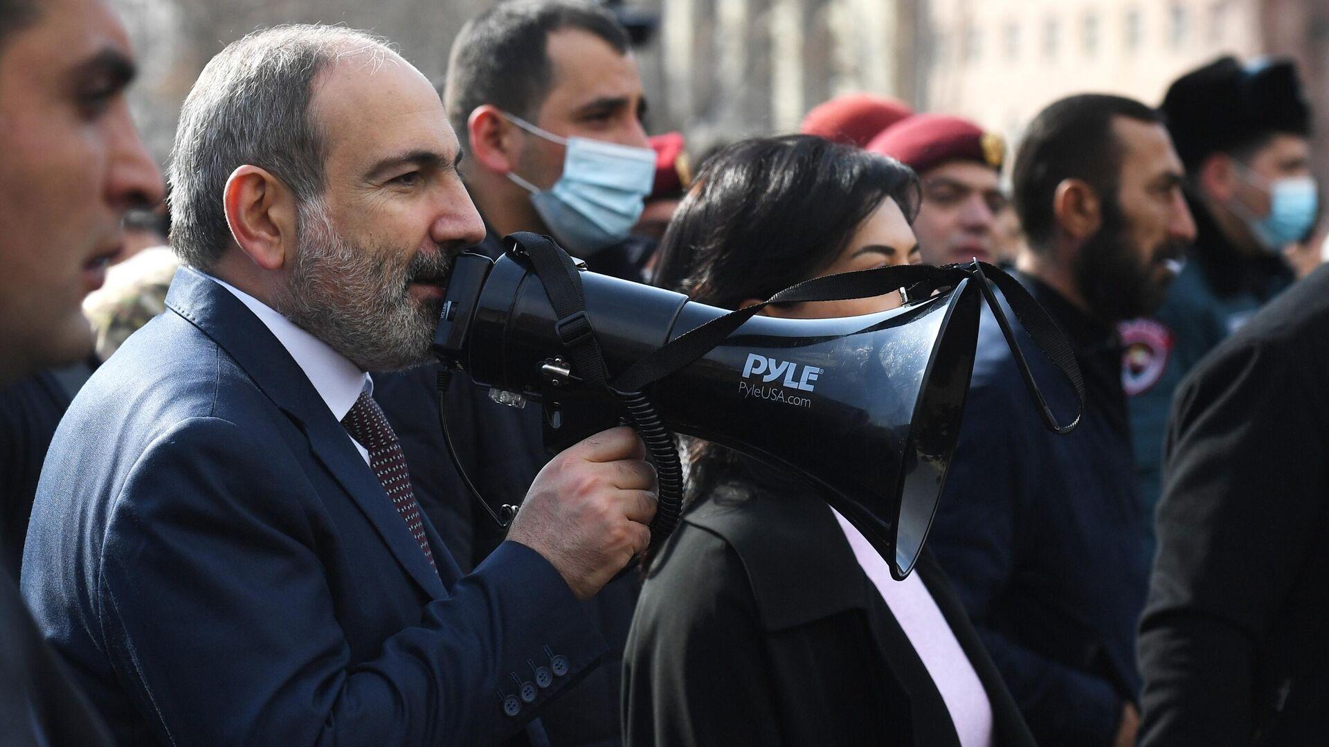 Премьер-министр Армении Никол Пашинян вышел к протестующим на улице Еревана - РИА Новости, 1920, 25.02.2021