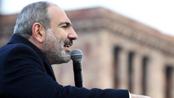 Премьер-министр Никола Пашинян выступает перед своими сторонниками в Ереване