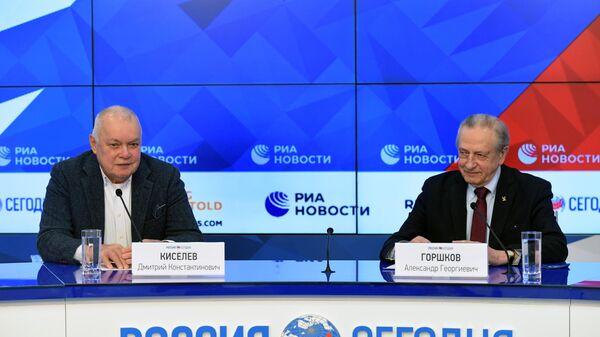 Генеральный директор МИА Россия сегодня Дмитрий Киселев и президент Федерации фигурного катания на коньках России Александр Горшков на церемонии подписания договора об информационном партнерстве