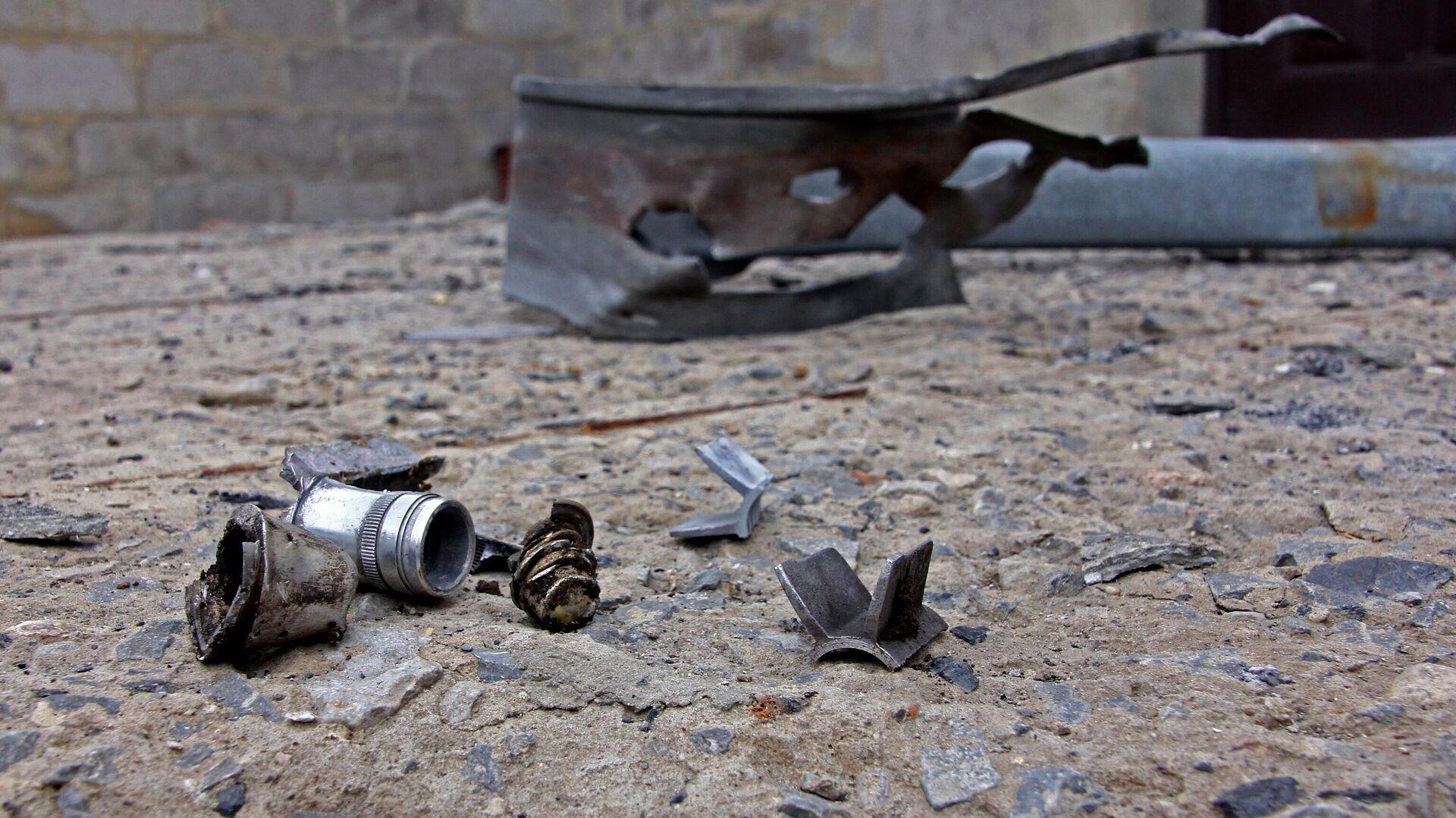 Найденные осколки снарядов, разорвавшихся возле дома в поселке Оленовка в Донецкой области - РИА Новости, 1920, 08.03.2021