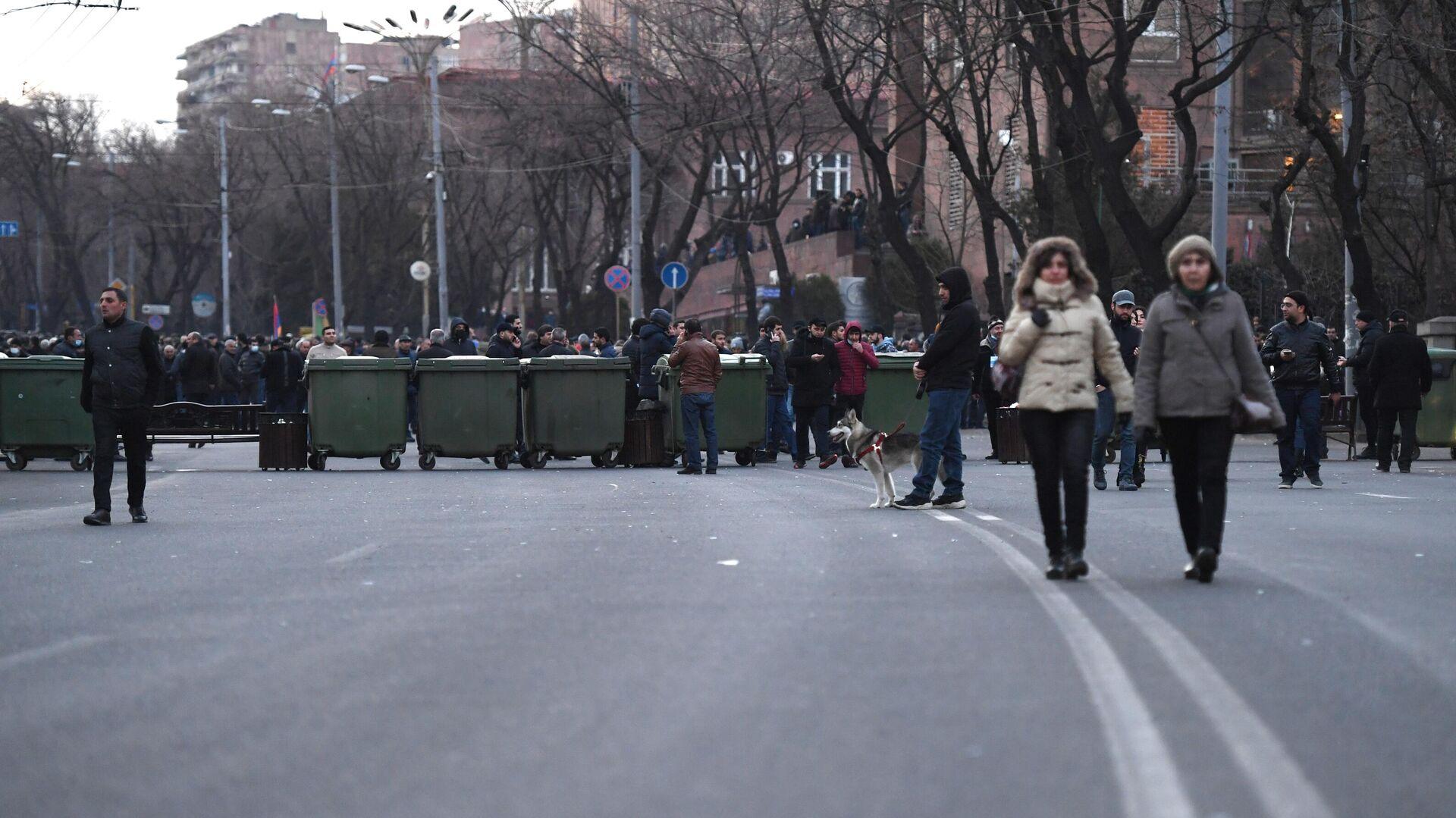 Оппозиционные активисты перекрыли проспект Баграмяна у здания Национального собрания Армении в Еревaне - РИА Новости, 1920, 25.02.2021