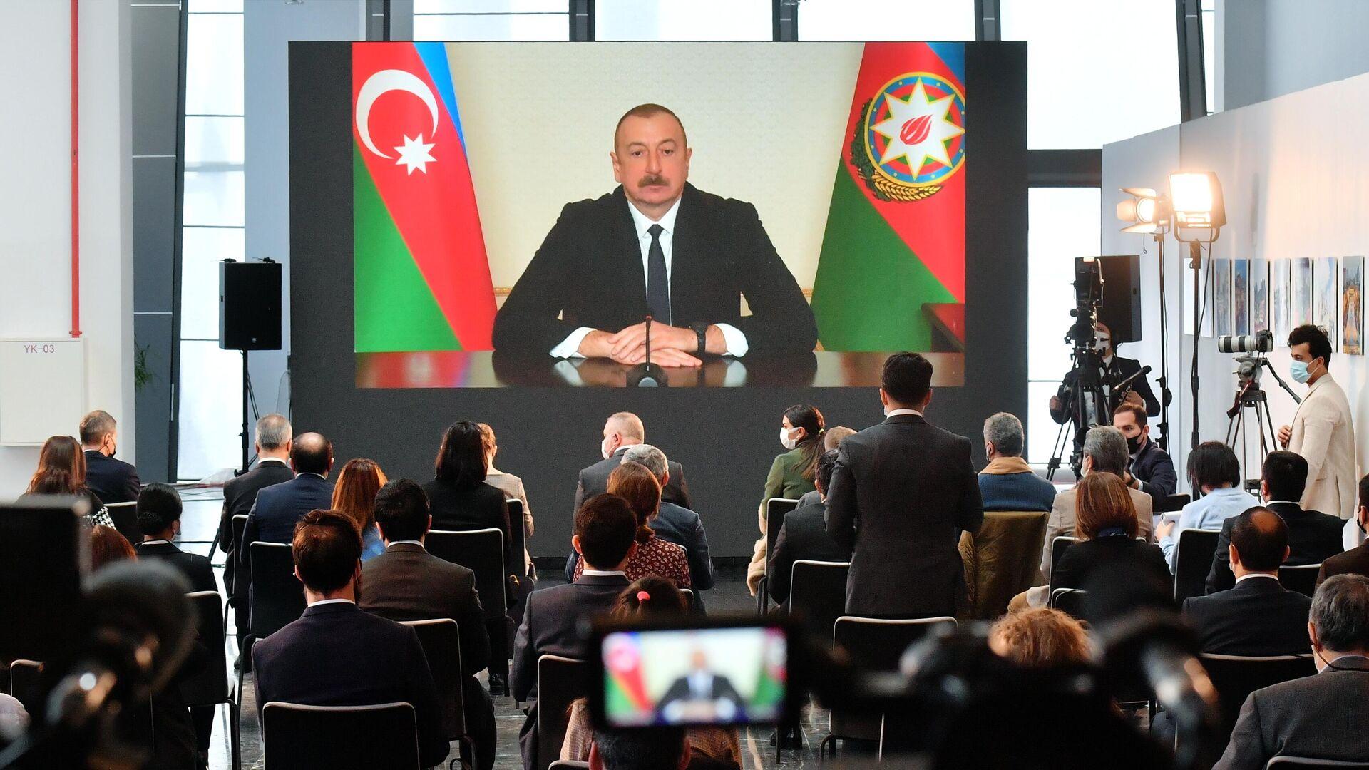 Журналисты во время пресс-конференции президента Азербайджана Ильхама Алиева в Баку - РИА Новости, 1920, 26.02.2021
