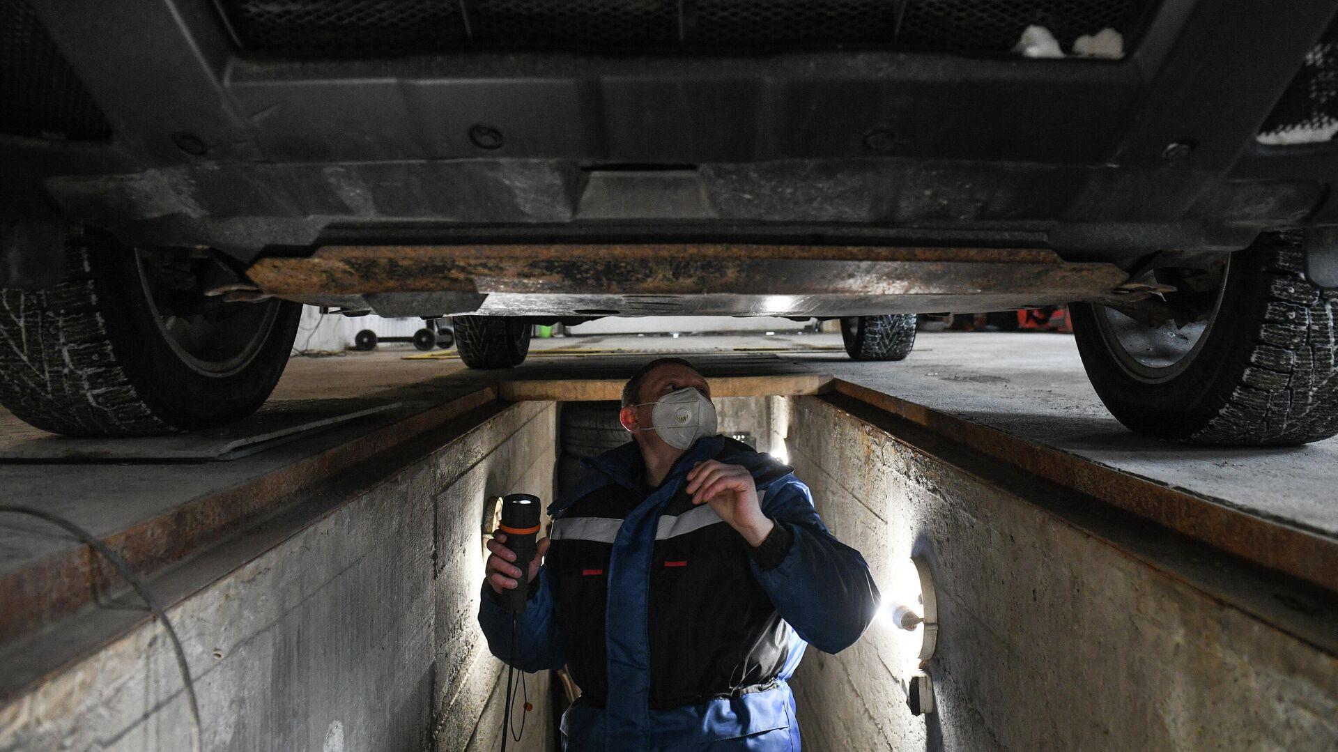 Технический эксперт проводит осмотр автомобиля на пункте технического осмотра - РИА Новости, 1920, 10.06.2021