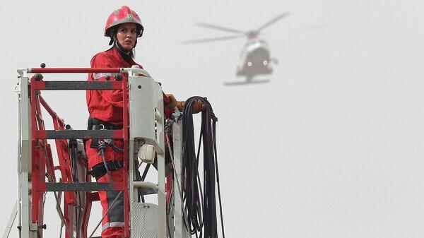 Женщины пожарный на учениях по случаю Всемирного дня гражданской обороны