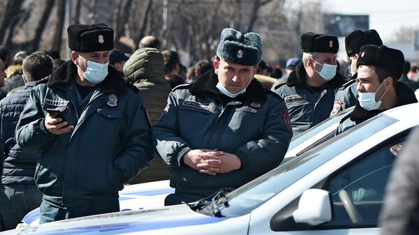 Сотрудники полиции во время митинга оппозиции на проспекте Баграмяна в Ереване