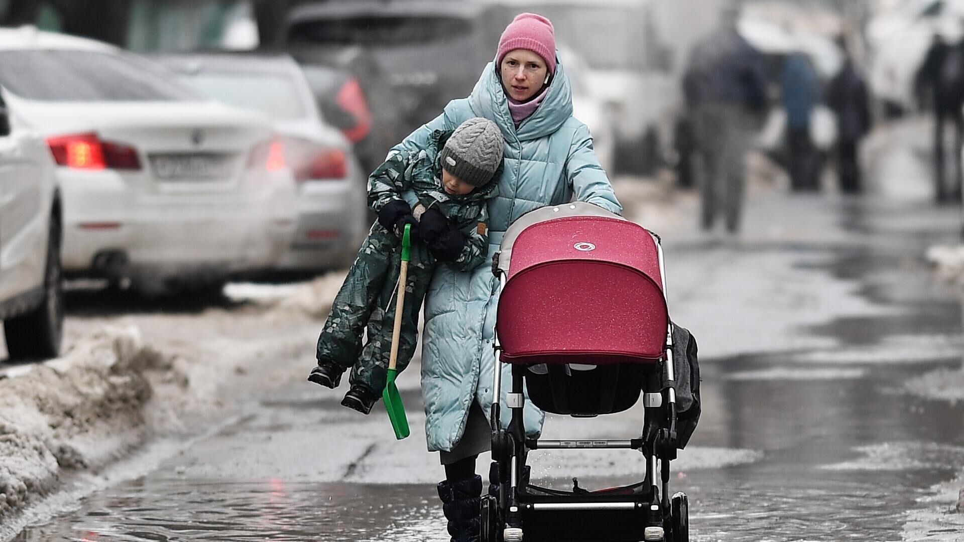 Женщина с ребенком на одной из улиц Москвы - РИА Новости, 1920, 05.03.2021