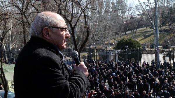 Лидер Движения по спасению Родины Вазген Манукян на митинге оппозиции у здания Национальной академии наук в Еревaне
