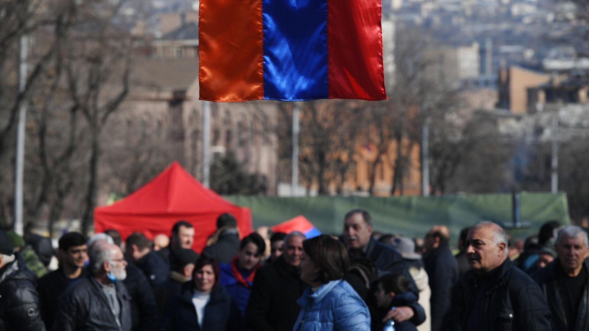 Флаг Армении, вывешенный на проспекте Баграмяна в Ереване во время митинга оппозиции - РИА Новости, 1920, 01.03.2021