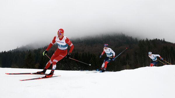 Российский лыжник Александр Большунов (слева)
