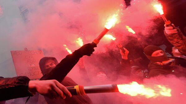 Сторонники Сергея Стерненко во время митинга у здания генеральной прокуратуры в Киеве, Украина