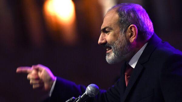 Премьер-министр Никол Пашинян выступает перед своими сторонниками в Ереване