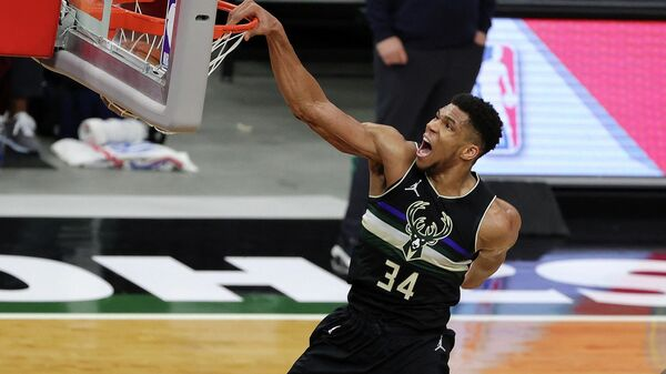 MILWAUKEE, WISCONSIN - FEBRUARY 28: Giannis Antetokounmpo #34 of the Milwaukee Bucks dunks during the second half of a game against the LA Clippers at Fiserv Forum on February 28, 2021 in Milwaukee, Wisconsin. NOTE TO USER: User expressly acknowledges and agrees that, by downloading and or using this photograph, User is consenting to the terms and conditions of the Getty Images License Agreement.   Stacy Revere/Getty Images/AFP (Photo by Stacy Revere / GETTY IMAGES NORTH AMERICA / Getty Images via AFP)