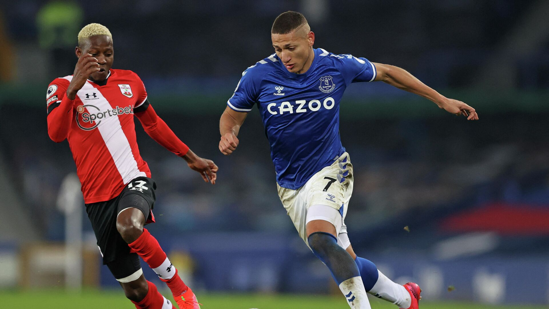 Southampton's Malian midfielder Moussa Djenepo (L) vies with Everton's Brazilian striker Richarlison (R) during the English Premier League football match between Everton and Southampton at Goodison Park in Liverpool, north west England on March 1, 2021. (Photo by Clive Brunskill / POOL / AFP) / RESTRICTED TO EDITORIAL USE. No use with unauthorized audio, video, data, fixture lists, club/league logos or 'live' services. Online in-match use limited to 120 images. An additional 40 images may be used in extra time. No video emulation. Social media in-match use limited to 120 images. An additional 40 images may be used in extra time. No use in betting publications, games or single club/league/player publications. /  - РИА Новости, 1920, 02.03.2021