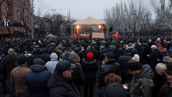 Участники акции протеста оппозиции с требованием отставки премьер-министра Армении Никола Пашиняна на проспекте Баграмяна в Ереване