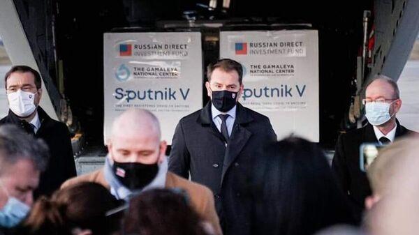 Премьер-министр Словакии Игор Матович в аэропорту города Кошице, куда доставлена первая партия российской вакцины от коронавируса Спутник V
