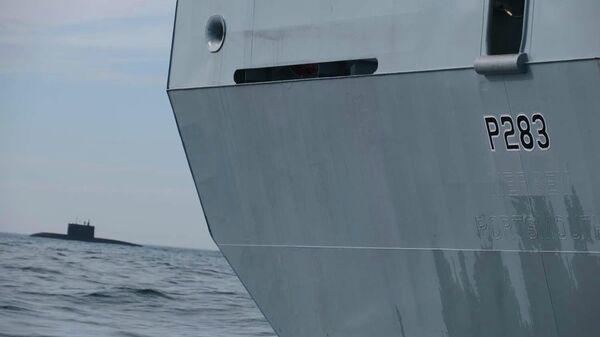 Патрульный корабль ВМС Великобритании HMS Mersey отслеживает российскую подводную лодку в Ла-Манше