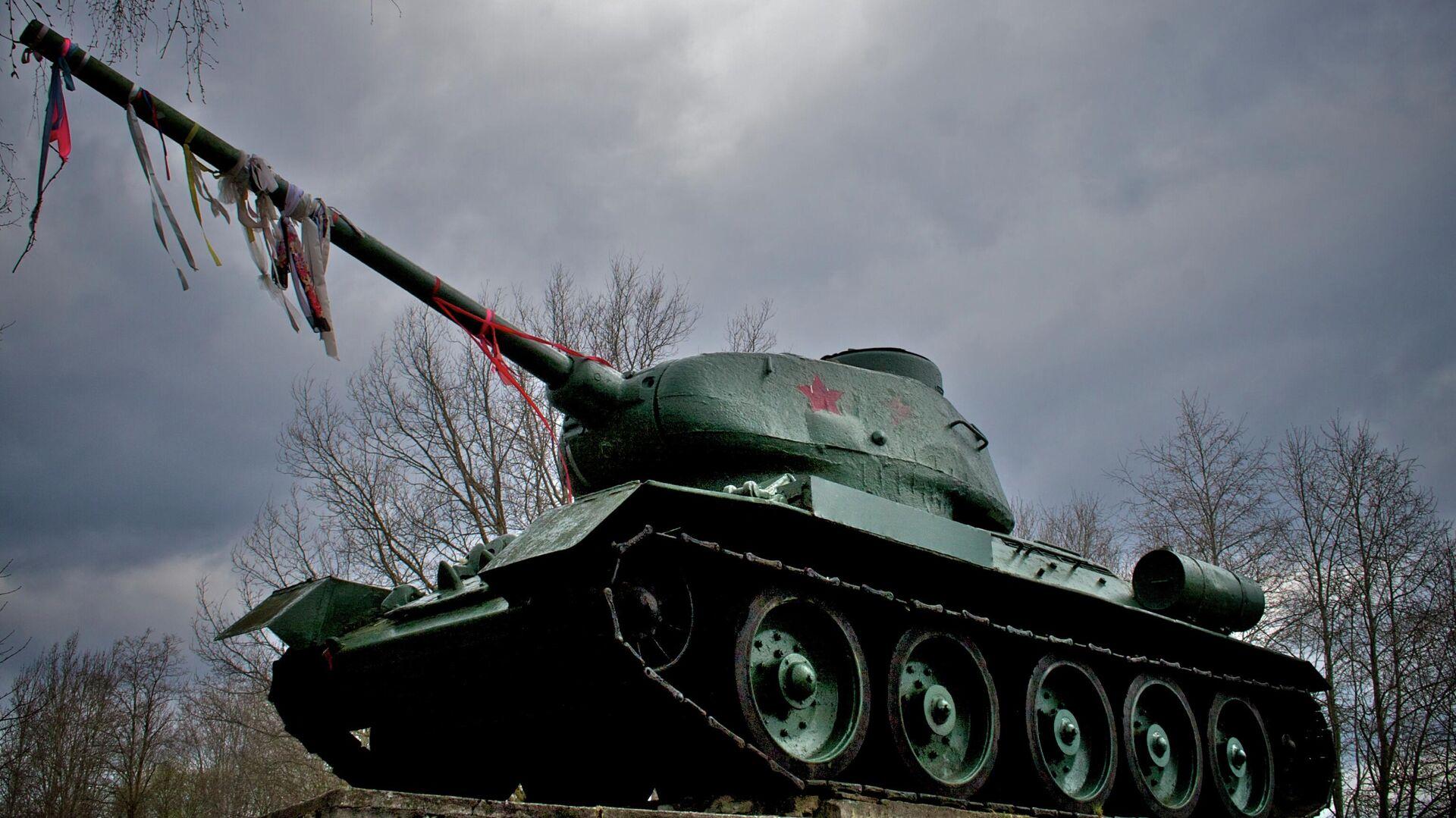 Танк Т-34, установленный между Нарвой и Нарва-Йыэсуу  - РИА Новости, 1920, 02.03.2021