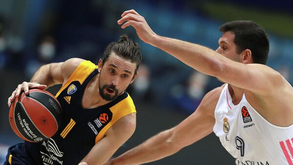 Игрок БК Химки Алексей Швед (слева) и игрок БК Реал Фелипе Рейес в матче 26-го тура регулярного чемпионата мужской баскетбольной Евролиги сезона 2020/2021 между БК Химки (Химки, Россия) и БК Реал (Мадрид, Испания).