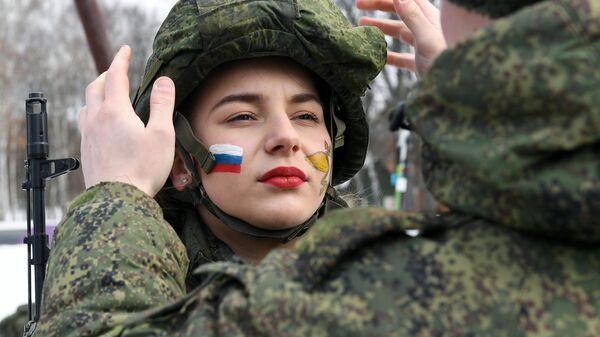 Участница конкурса красоты и профессионального мастерства среди женщин-военнослужащих Макияж под камуфляж в ракетных войсках в Ярославской области