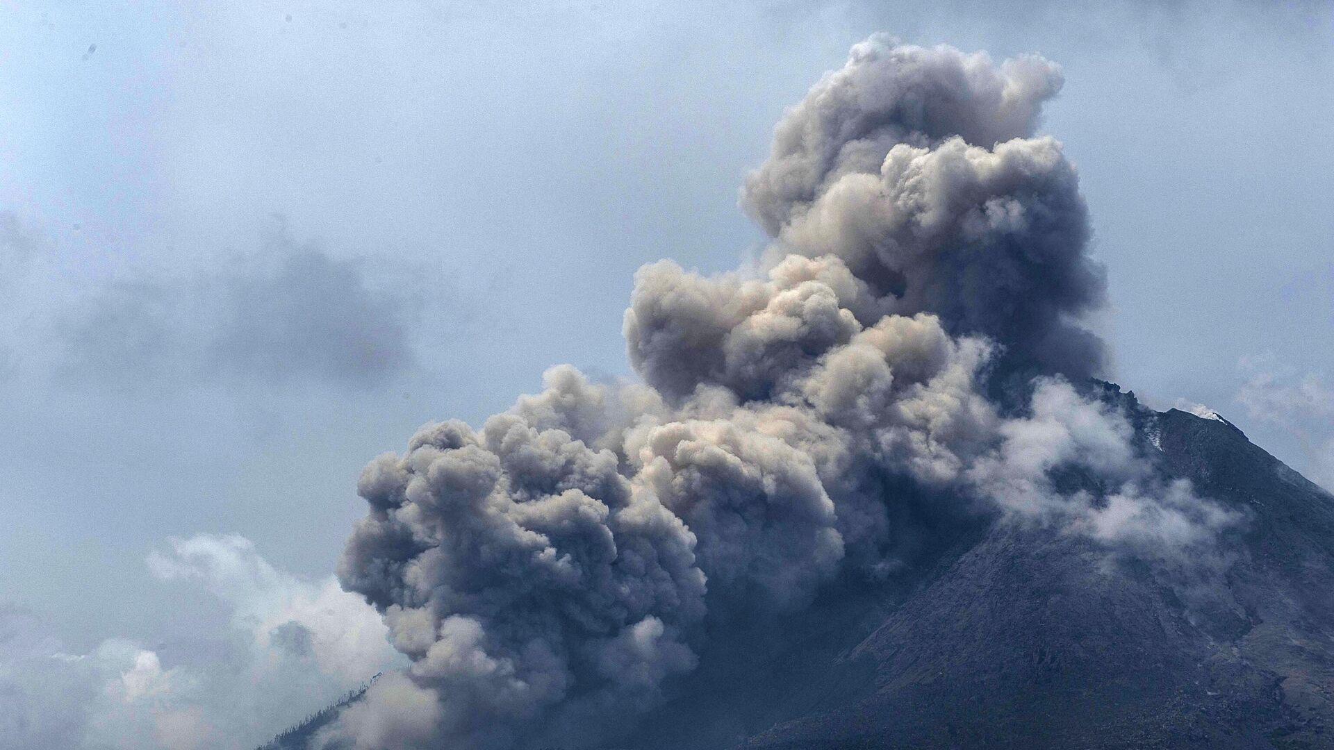 Извержение вулкана Синабунг в провинции Северная Суматра в Индонезии - РИА Новости, 1920, 20.03.2021