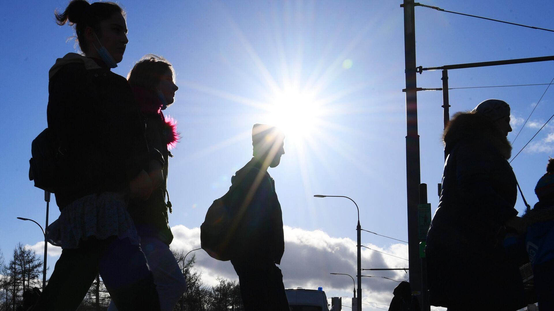 Люди переходят дорогу у станции метро ВДНХ в Москве - РИА Новости, 1920, 04.03.2021
