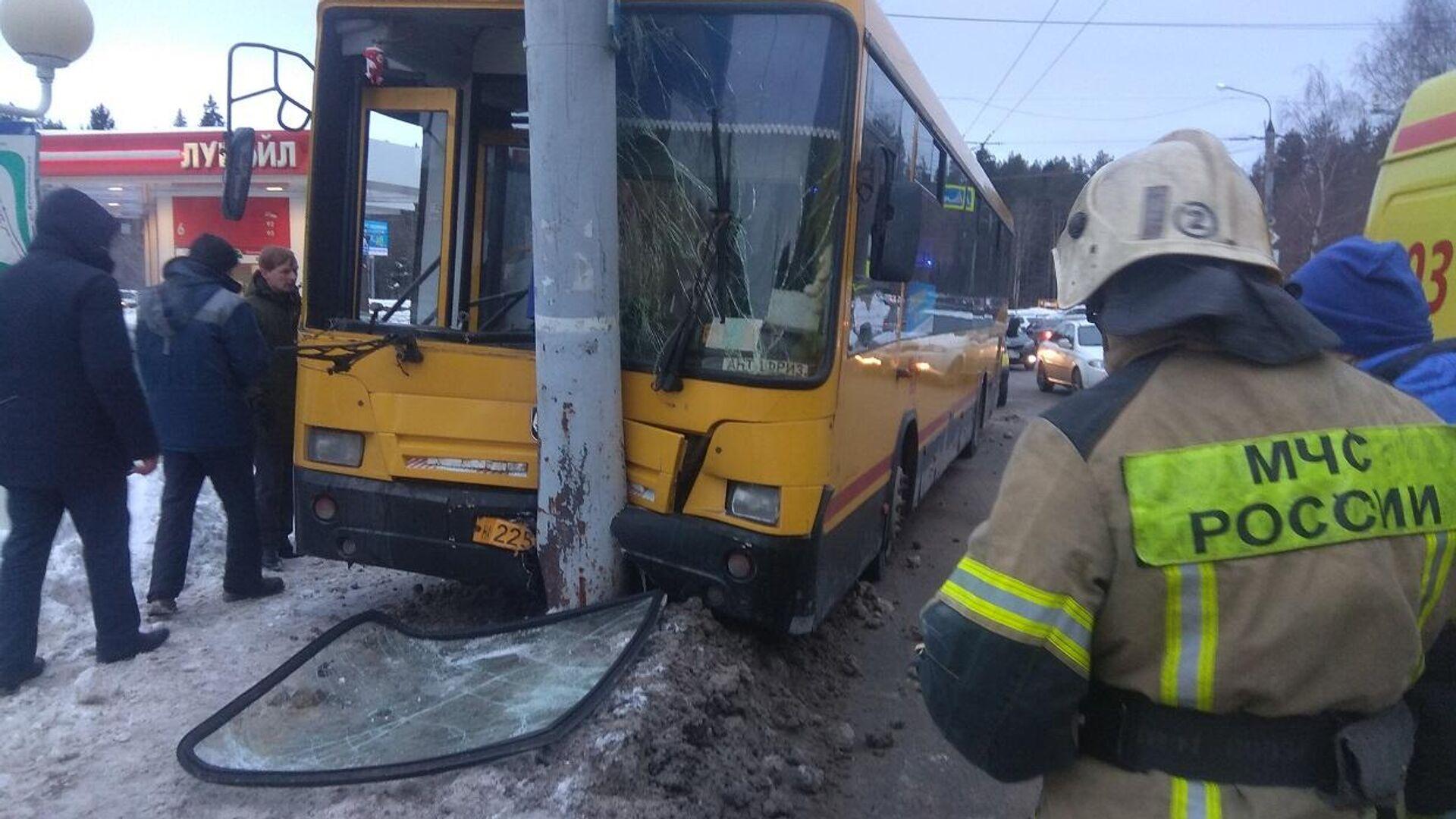 В Ижевске в результате наезда маршрутного автобуса на опору линии электропередач 9 пассажиров получили травмы - РИА Новости, 1920, 04.03.2021