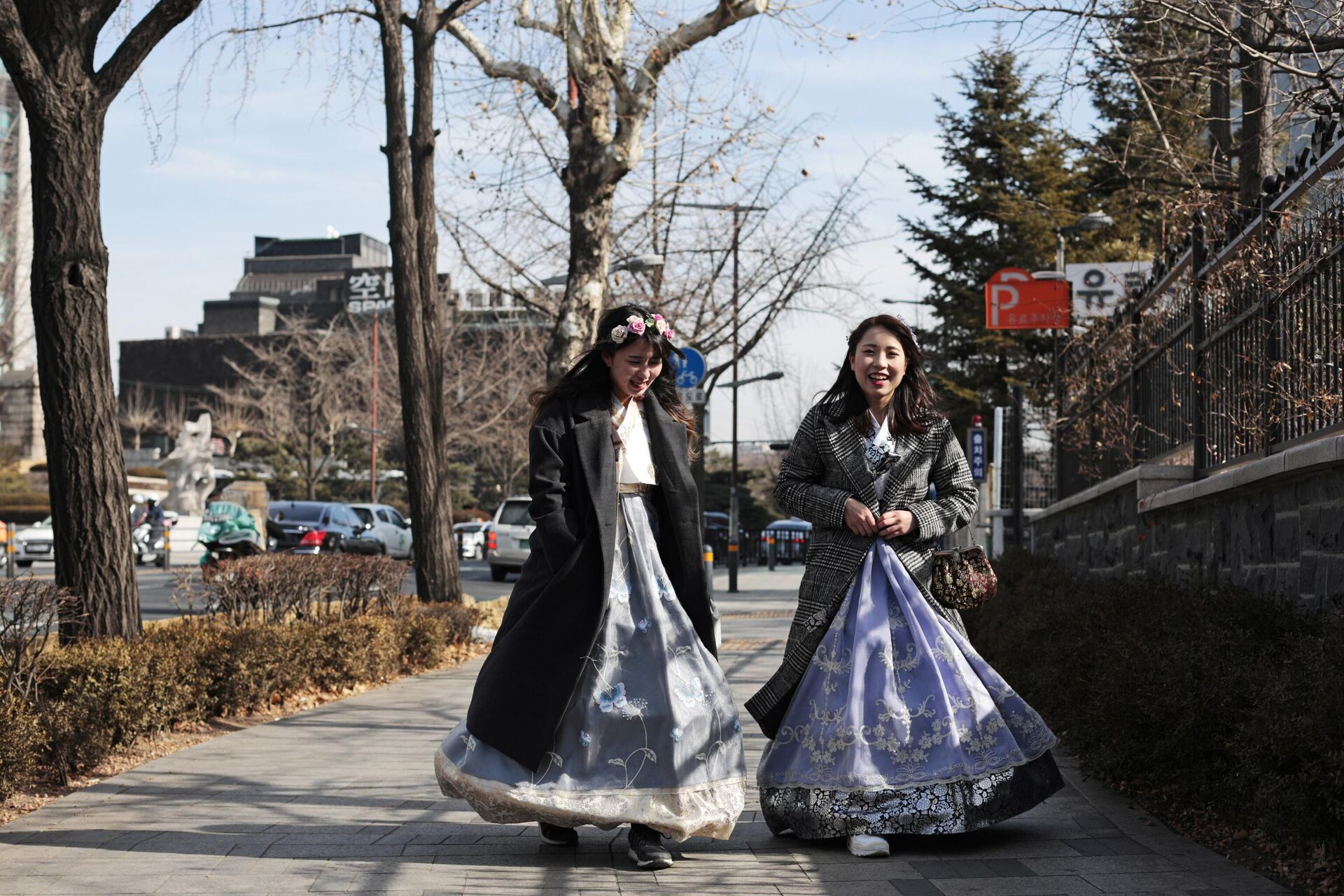 Девушки в национальной корейской одежде ханбок на одной из улиц Сеула - ПРОФИ Новости, 1920, 05.03.2021