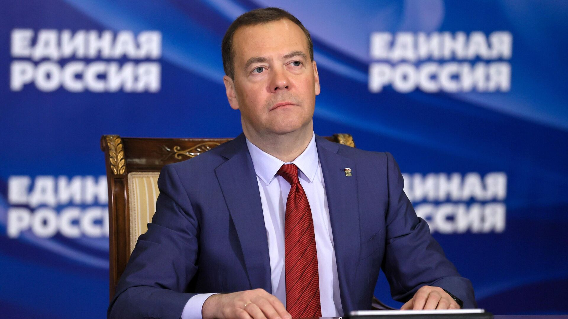 Председатель Всероссийской политической партии Единая Россия Дмитрий Медведев ведет прием граждан в режиме видеоконференции - РИА Новости, 1920, 14.04.2021
