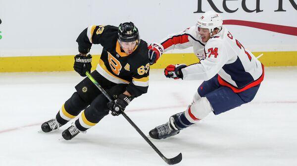Хоккеисты Брэд Маршанд (слева) и Джон Карлсон в матче НХЛ Бостон Брюинз - Вашингтон Кэпиталз