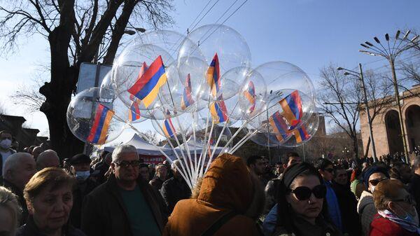Противники Пашиняна собираются на митинг перед зданием парламента