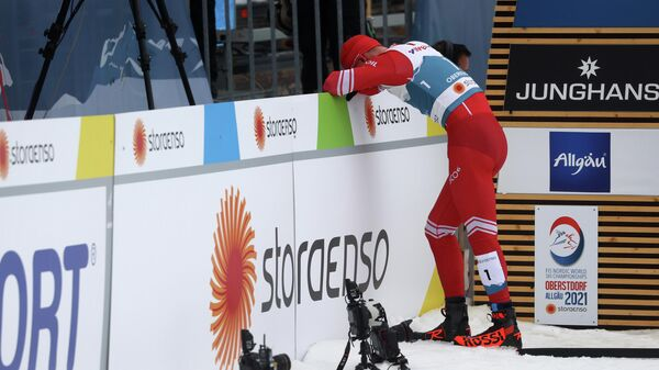 Александр Большунов после финиша в марафоне на чемпионате мира