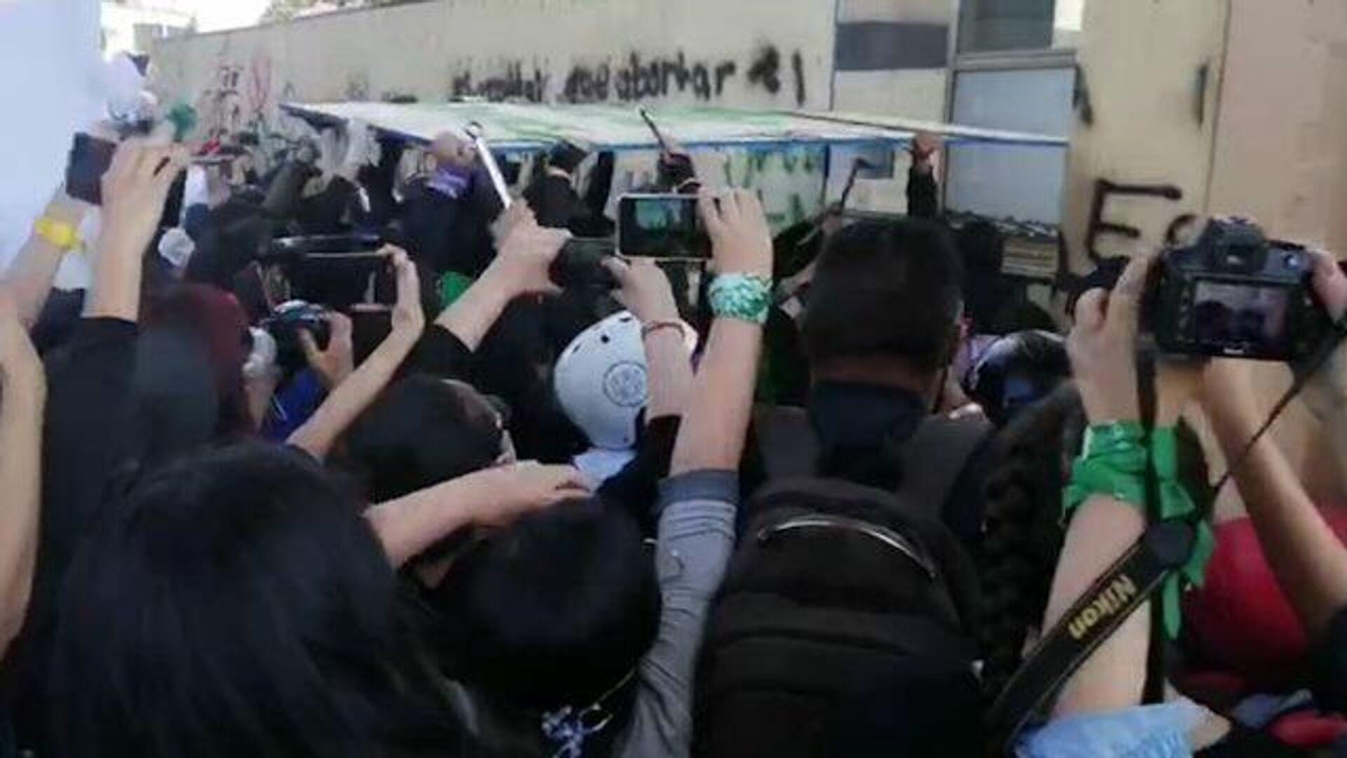 8 марта в Мексике: феминистки устроили погромы в Мехико - РИА Новости, 1920, 09.03.2021