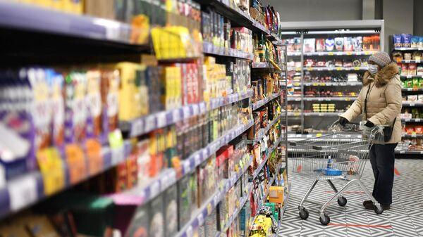 Женщина в одном из магазинов сети Пятерочка в Москве