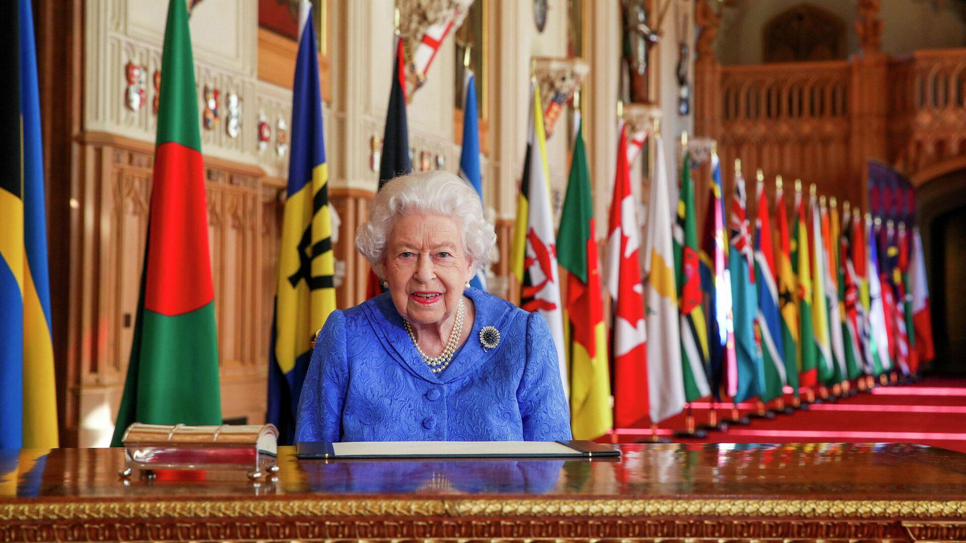 Королева Великобритании Елизавета II в Георгиевском зале Виндзорского замка - РИА Новости, 1920, 18.07.2021