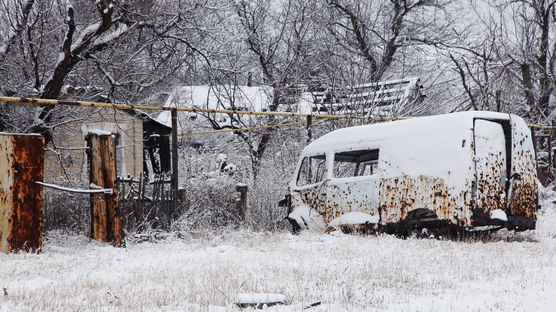 Автомобиль, получивший повреждения во время боевых действий, на одной из улиц поселка Веселое Донецкой области - РИА Новости, 1920, 11.03.2021