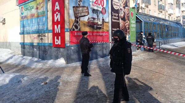 Сотрудники правоохранительных органов у офиса микрозаймов в Северодвинске, где мужчина взял в заложники несколько человек