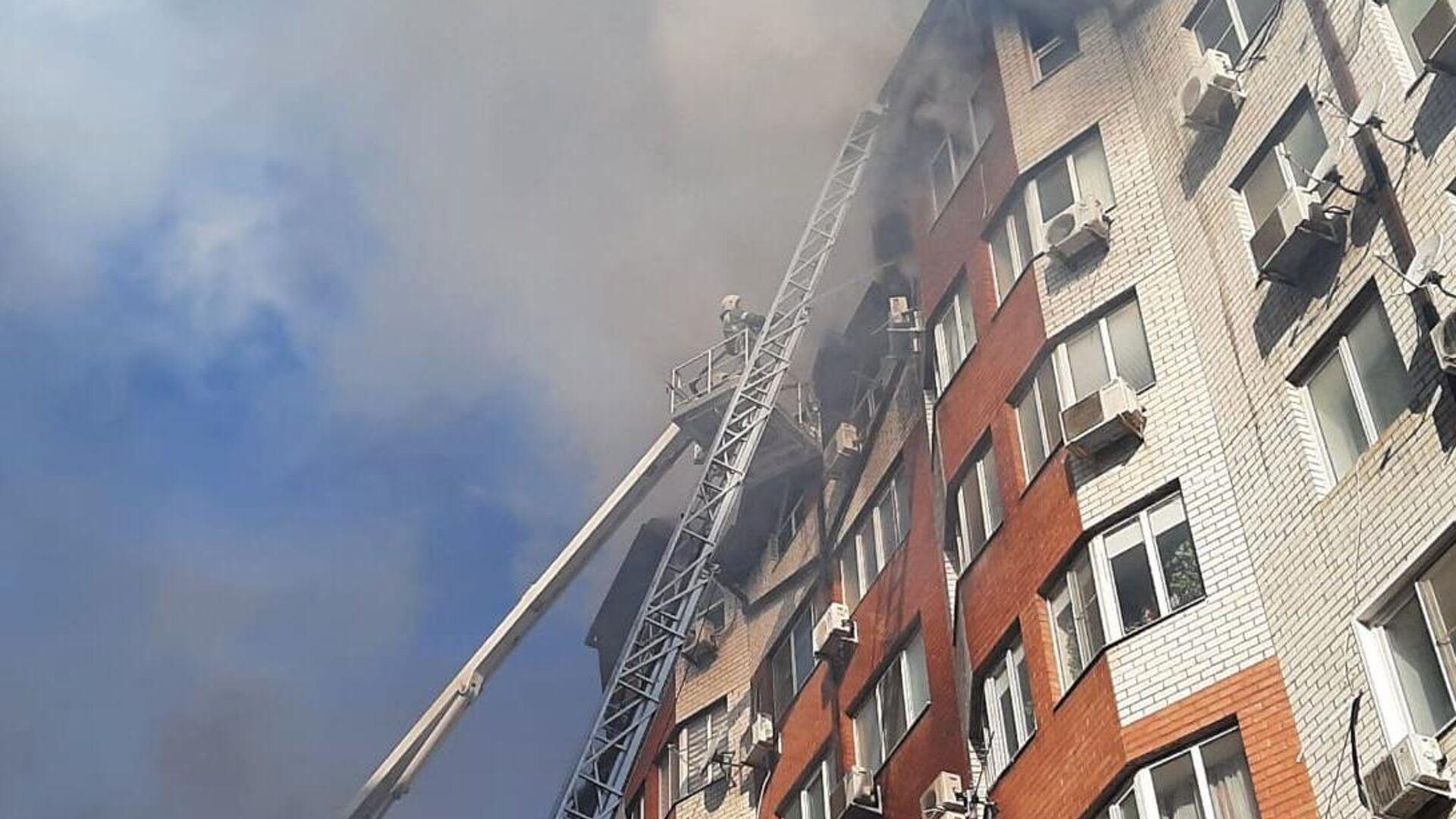 Сотрудники противопожарной службы тушат пожар в восьмиэтажном жилом доме в Анапе - РИА Новости, 1920, 12.03.2021