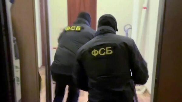 Сотрудники ФСБ России во время задержания лиц, причастных к восстановлению боевых свойств гражданских образцов оружия в подпольных мастерских и их сбыту. Скриншот видео