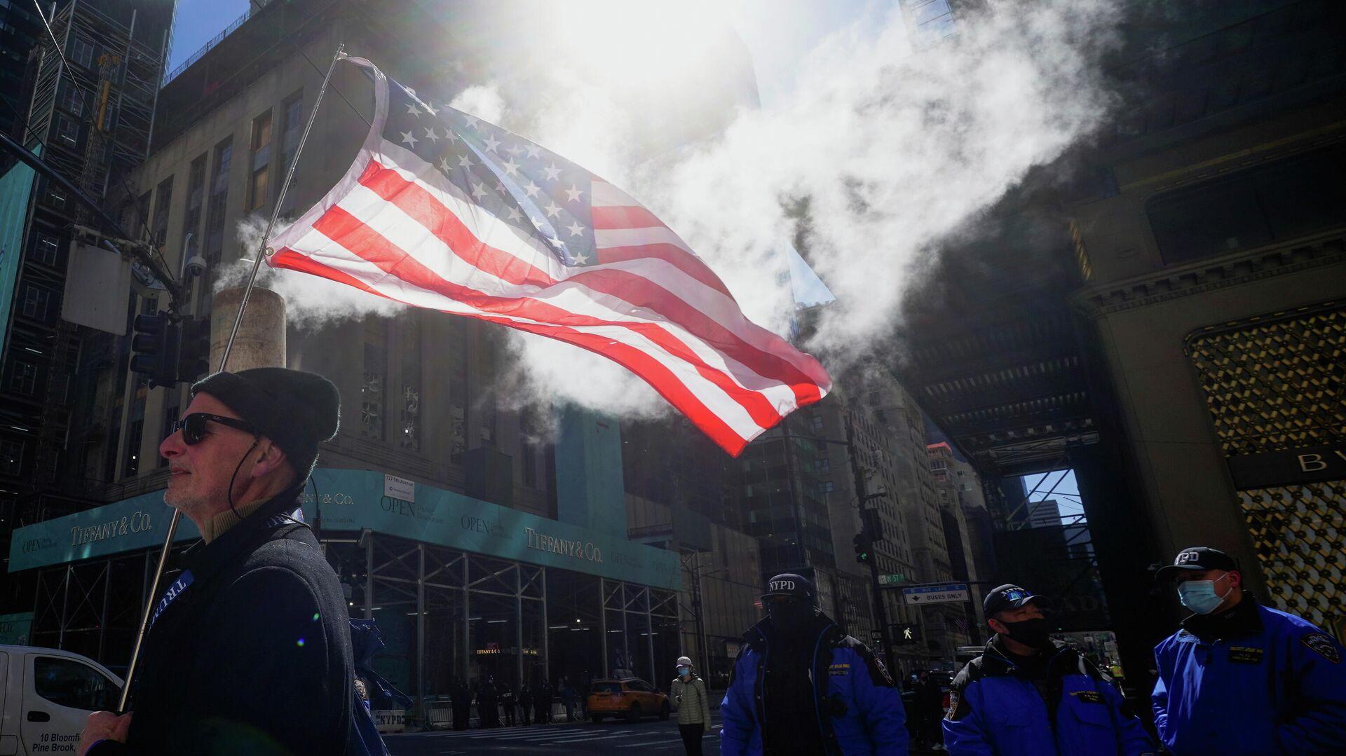 Участники митинга на 5-й авеню перед башней Трампа в Нью-Йорке - РИА Новости, 1920, 13.03.2021