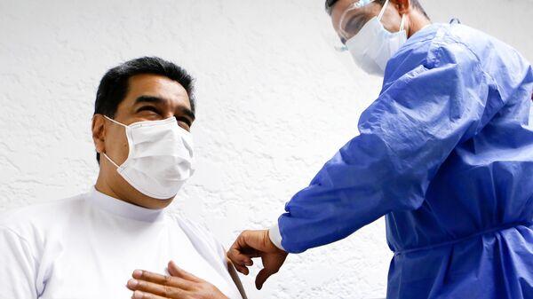 Президент Венесуэлы Николас Мадуро и его супруга Силия Флорес вакцинировались российским препаратом от коронавируса Спутник V