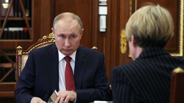 Президент РФ Владимир Путин во время встречи с руководителем образовательного фонда Талант и успех Еленой Шмелевой