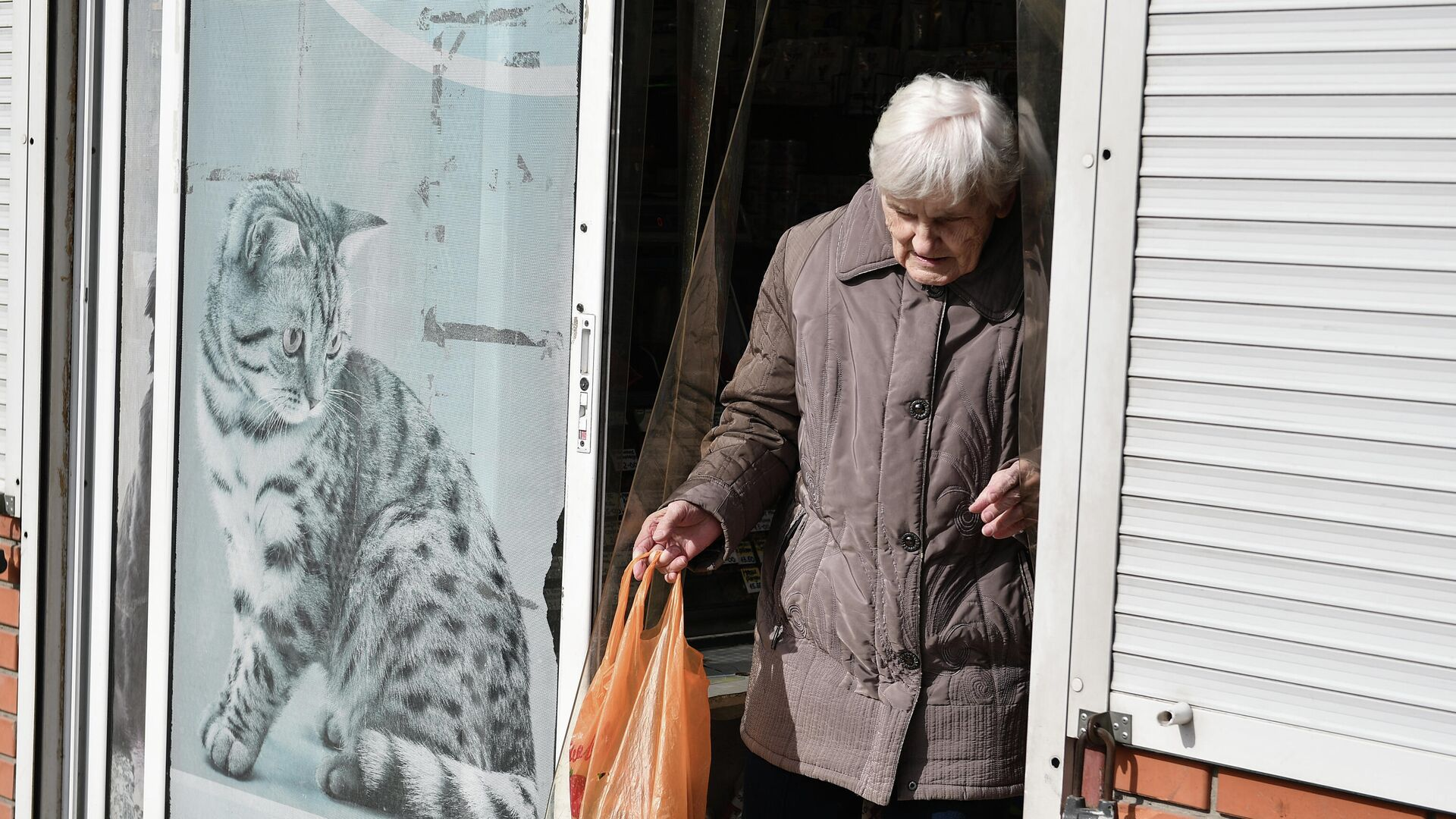 Пожилая женщина выходит из магазина в Симферополе - РИА Новости, 1920, 29.03.2021