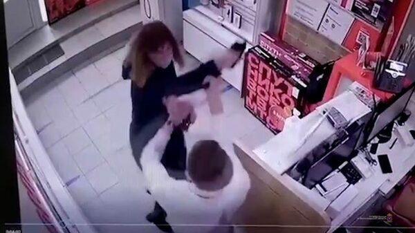 Напала с электрошокером: женщина хотела украсть телефон в салоне связи