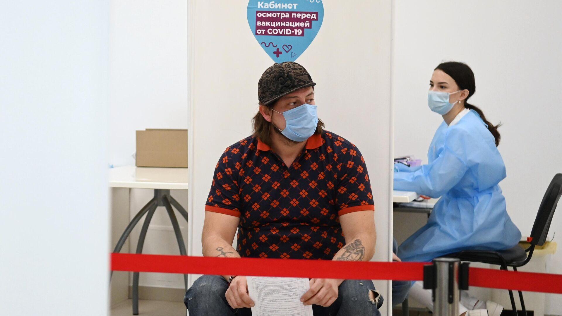Мужчина перед вакцинацией от COVID-19 в мобильном пункте вакцинации в торговом центре Кунцево Плаза в Москве - РИА Новости, 1920, 04.06.2021